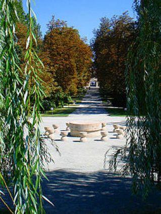 În prim plan, Masa tăcerii, în plan îndepărtat, Poarta sărutului, ambele în parcul orașului de pe malul Jiului