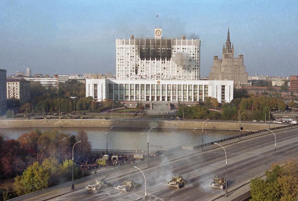 Tankai šaudo į Baltuosius Rūmus Maskvoje