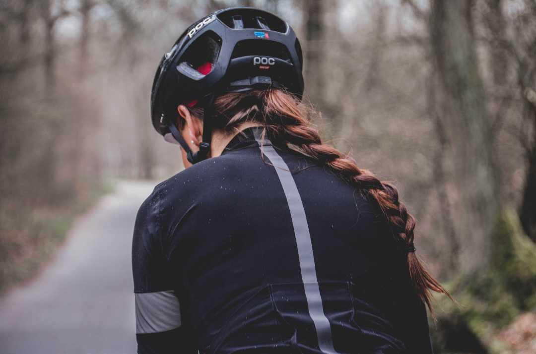 Une femme portant son casque de vélo nous montre qu'elle peut avoir l'air cool.