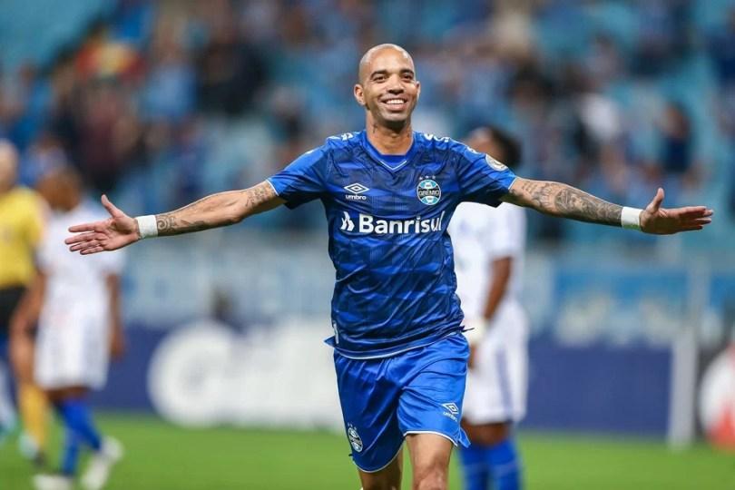 Resultado de imagem para Brasileiro: Grêmio derrota CSA e assume 4ª posição