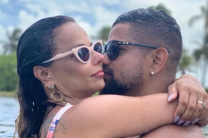 Viviane Araújo e Guilherme Militão abraçados