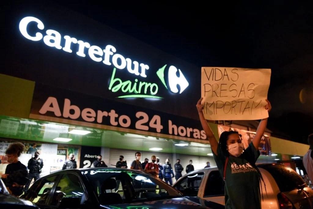 Manifestação pela morte de João Alberto Freitas, um homem negro, em Carrefour de brasília 13