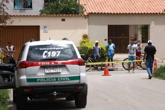 Viatura da Polícia Civil em frente a casa onde ocorreu duplo homicídio no DF