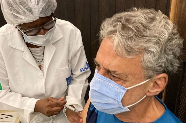 Chico Buarque receives first dose of vaccine