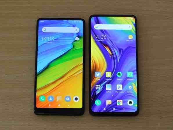 Xiaomi Mi MIX 2S (vasen) vs. Xiaomi Mi MIX 3 (oikea)