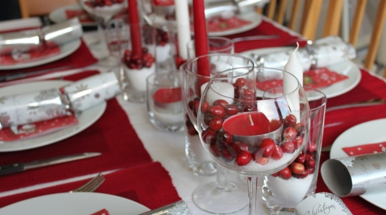 Stylish Ideas To Dress Up Your Christmas Dinner Table On a Budget