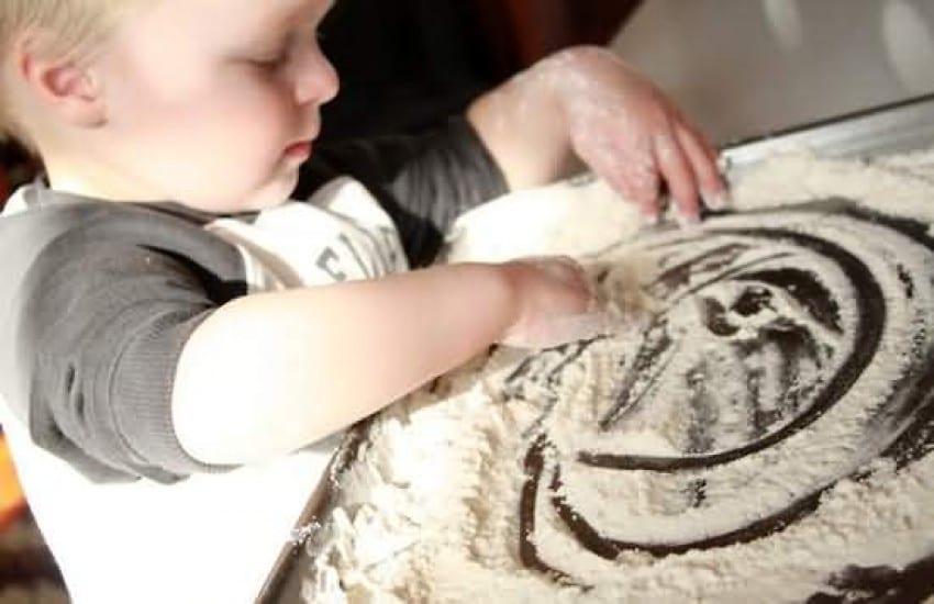 8 brincadeiras sensoriais que despertam os sentidos da criança