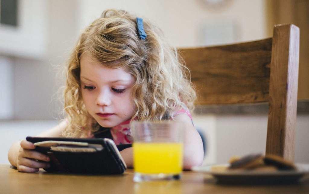 Quando vires uma criança com telemóvel, lembra-te