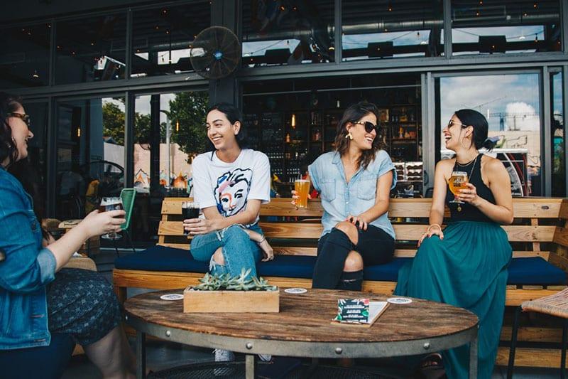 Mulheres que bebem cerveja regularmente com as amigas podem garantir melhor saúde. Pela cerveja e pelo convívio que faz bem à alma.