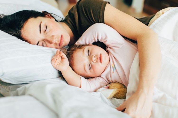 A cama dos pais: 8 dicas para os filhos dormirem na sua própria cama