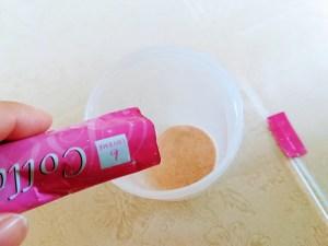 中身はピンクの粉末