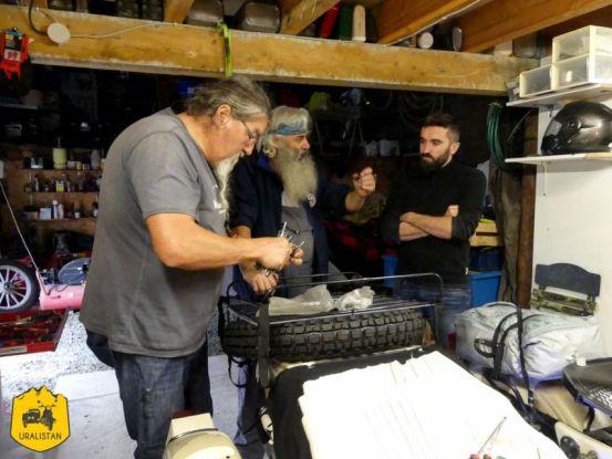 Atelier mécanique avec des confrères Uralistes, Ruralistan tour - Uralistan
