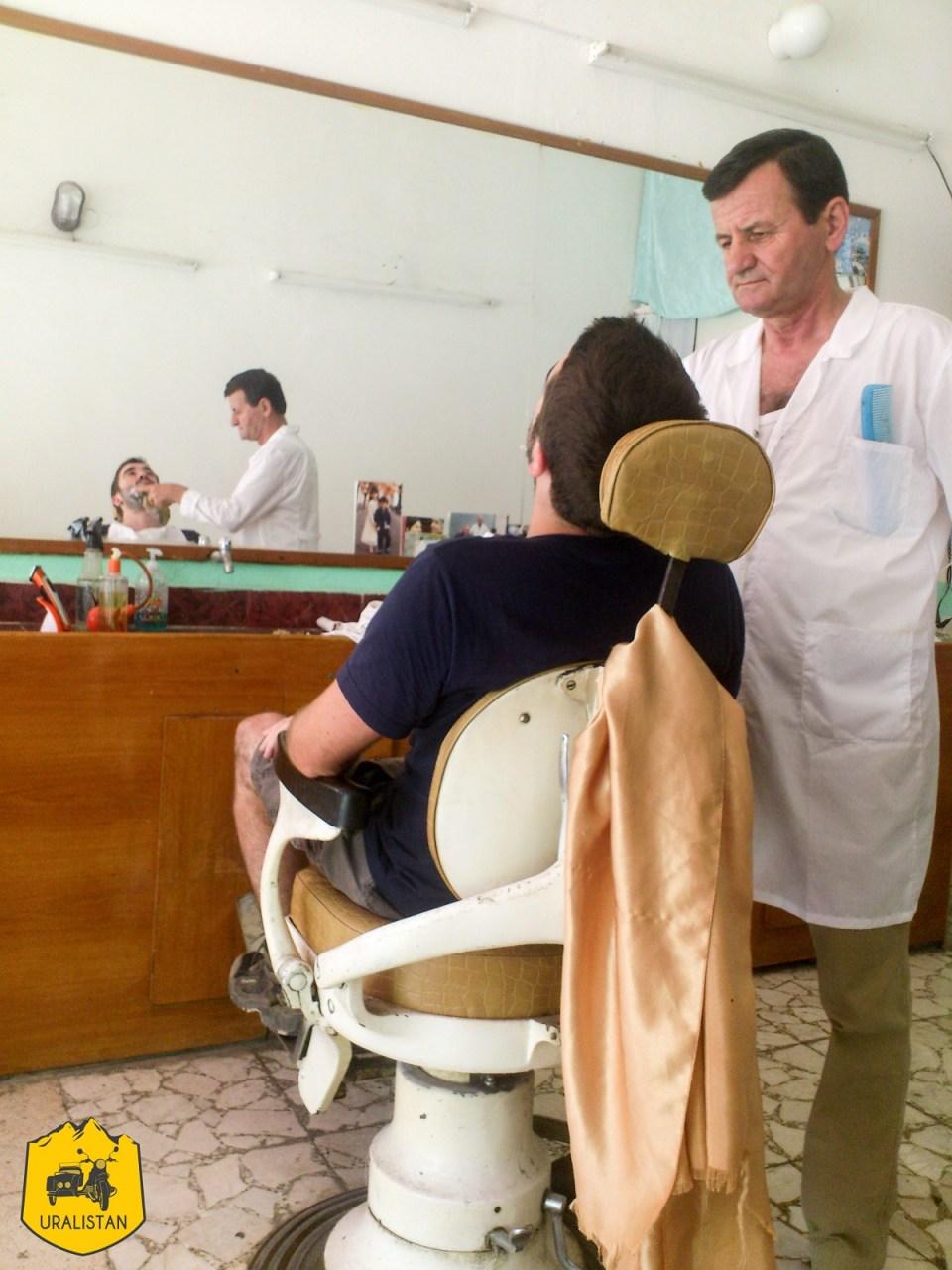 Jérémy chez le barbier albanais, voyage en Albanie