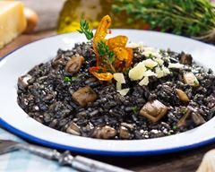 Gastronomie italienne, plat traditionnel d'Italie : Risotto à l'encre de seiche