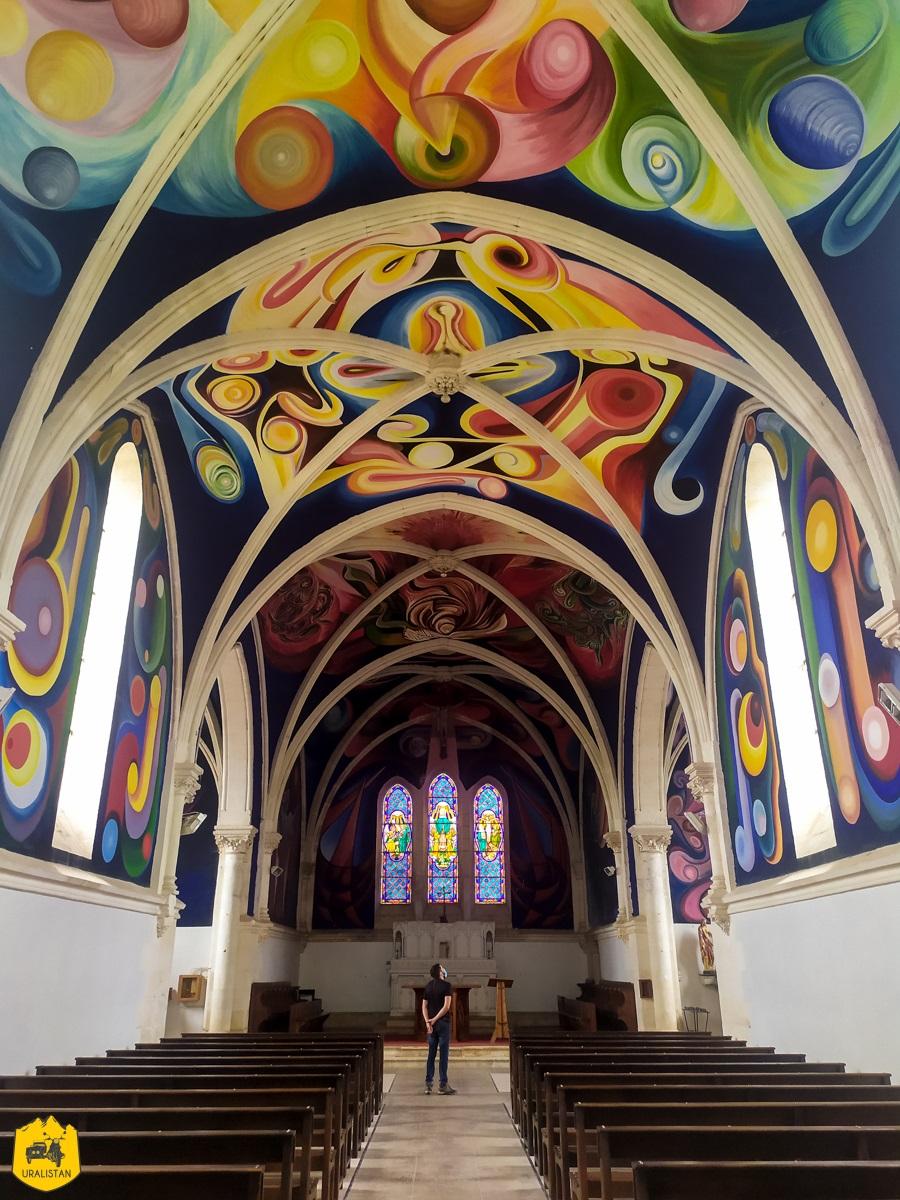 Eglise du village de Menou - Voyage moto dans le Berry Val de Creuse - URALISTAN