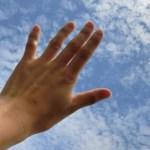 手の甲のほくろが急に出来た意味 三角の刺青みたいなものは?