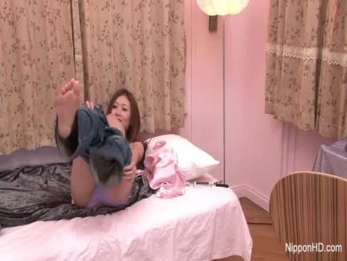 大人気AV女優の大槻ひびきが大人のおもちゃを使ったオナニー!うつ伏せでおまんこを弄ってる浦ビデオ動画