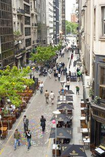 """Dans le centre-ville de Buenos Aires environ 100 îlots urbains (""""blocks"""") ont été transformés en rues entièrement piétonnes"""