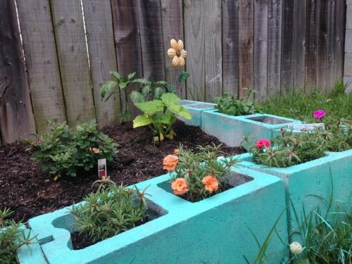 10 beautiful garden edging ideas urban gardening ideas for Painting cinder blocks for garden