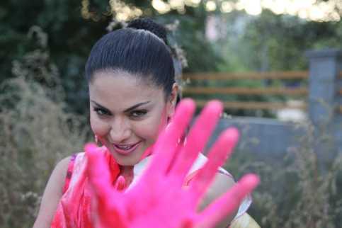 Veena Malik Playing Holi 17