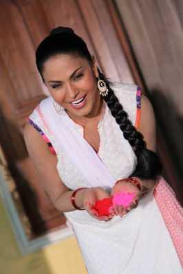 Veena Malik Playing Holi13