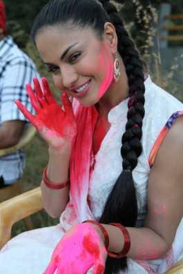Veena Malik Playing Holi15