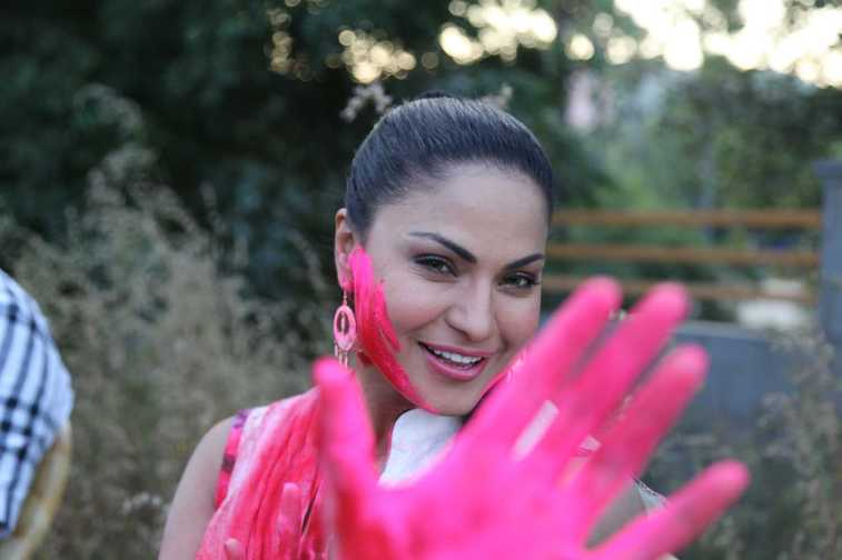 Veena Malik Playing Holi16