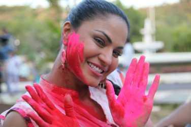 Veena Malik Playing Holi21