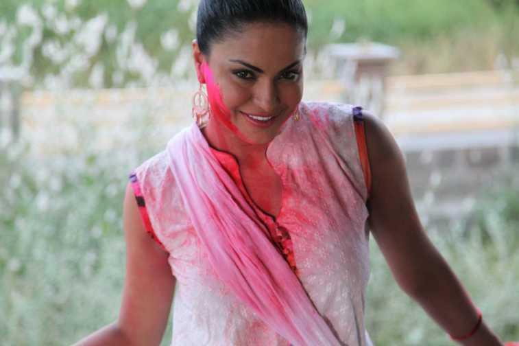 Veena Malik Playing Holi28
