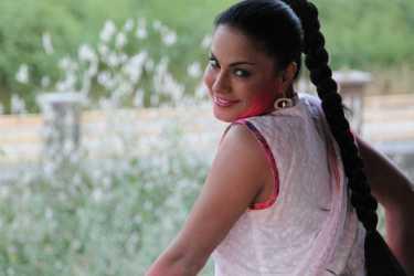 Veena Malik Playing Holi31