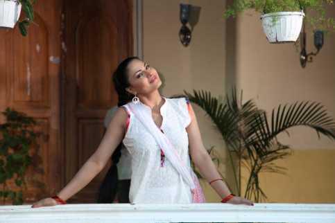Veena Malik Playing Holi9
