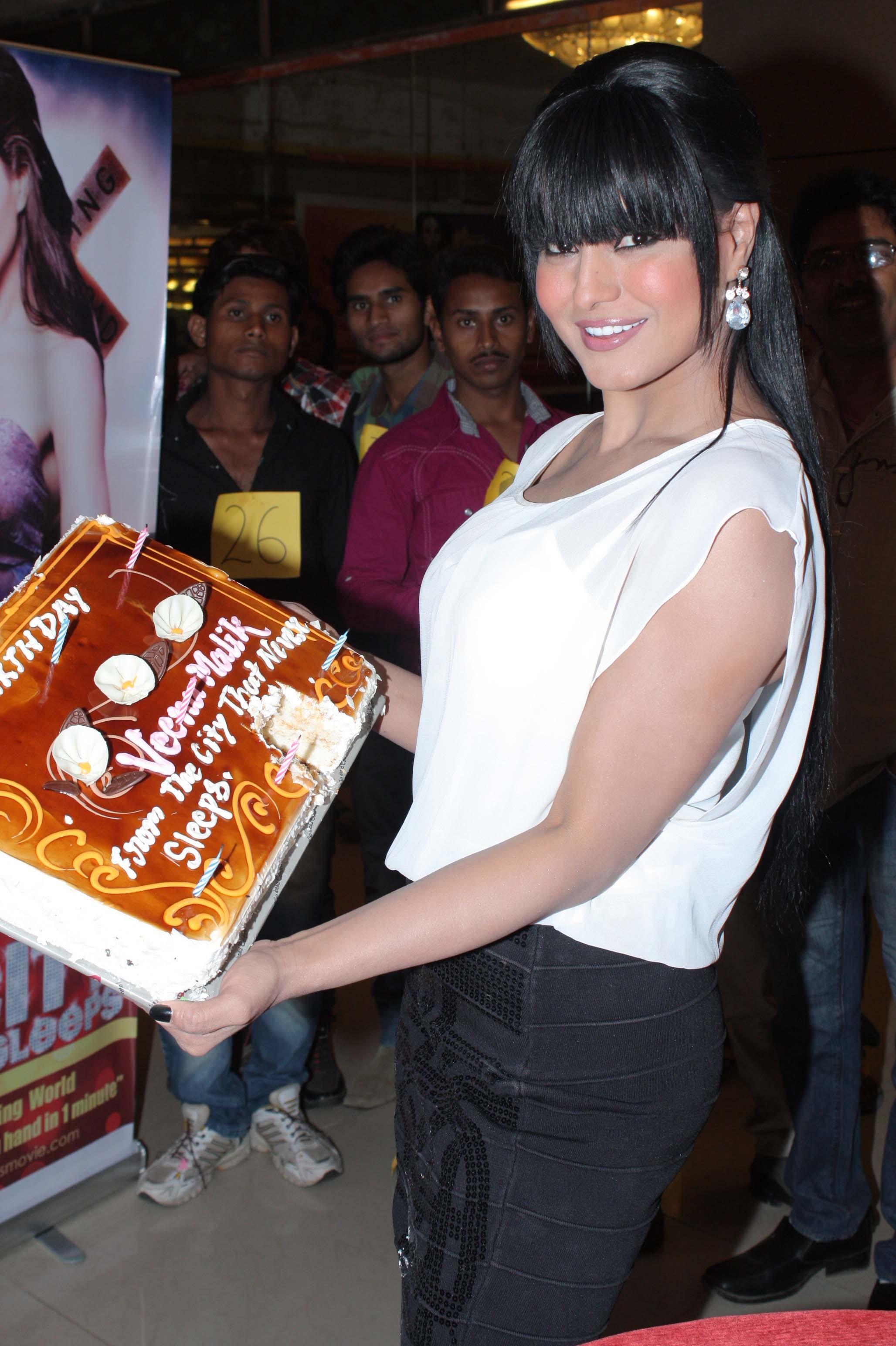 veena malik with her birthday cake