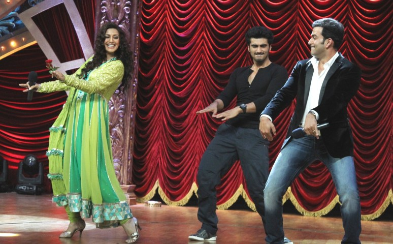 Sonali joins Arjun and Prithviraj on stage