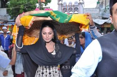 130726_183348Veena Malik At Hazrat Nizamuddin Dargah In Delhi