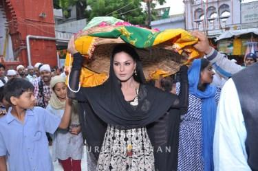 130726_183350Veena Malik At Hazrat Nizamuddin Dargah In Delhi1