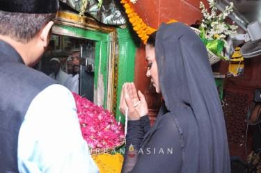 130726_183647Veena Malik At Hazrat Nizamuddin Dargah In Delhi11