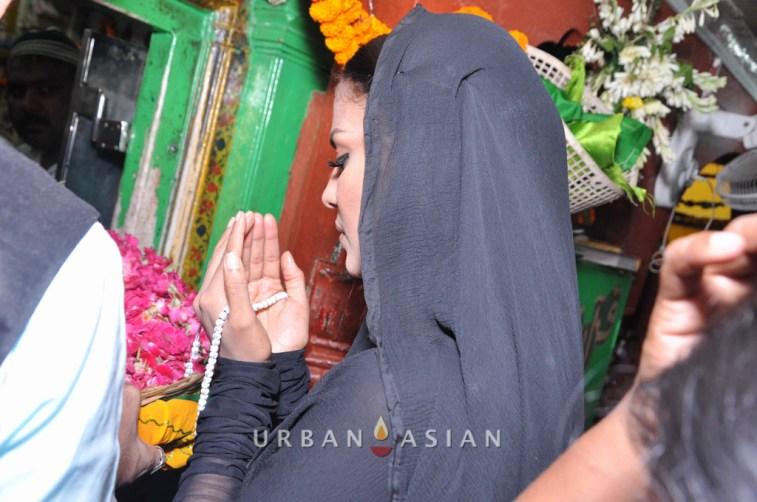 130726_183649Veena Malik At Hazrat Nizamuddin Dargah In Delhi12