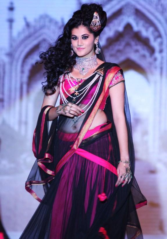 Taapsee Pannu sashays down the ramp as Queen Bhagmati in Designer Moni Agarwal's Satlada creation_1