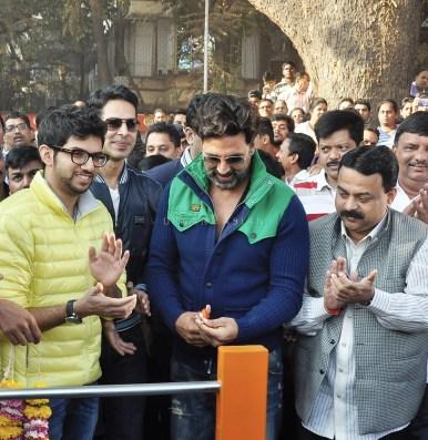 Akshay Kumar joins Dino Morea's fitness family!