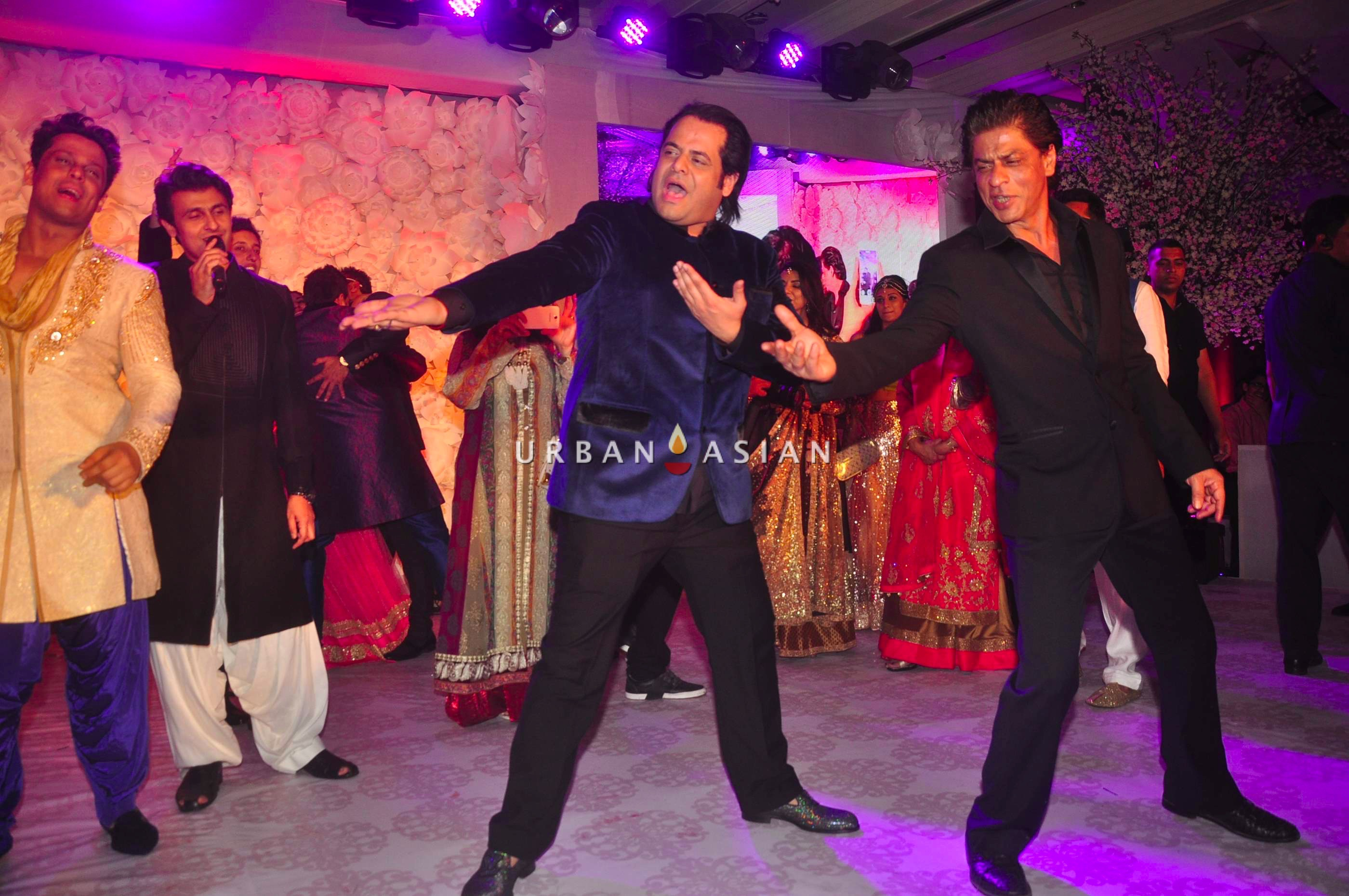 Shahrukh Khan performing on stage with couples1