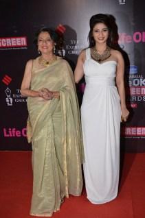 06-Tanuja and Tanishaa at Screen Awards Red Carpet