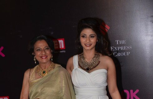 07-Tanuja and Tanishaa At Red Carpet For Screen Awards