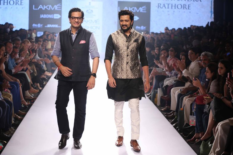 Designer Raghavendra Rathore with shostopper Riteish Deshmukh at Lakme Fashion Show SR 15