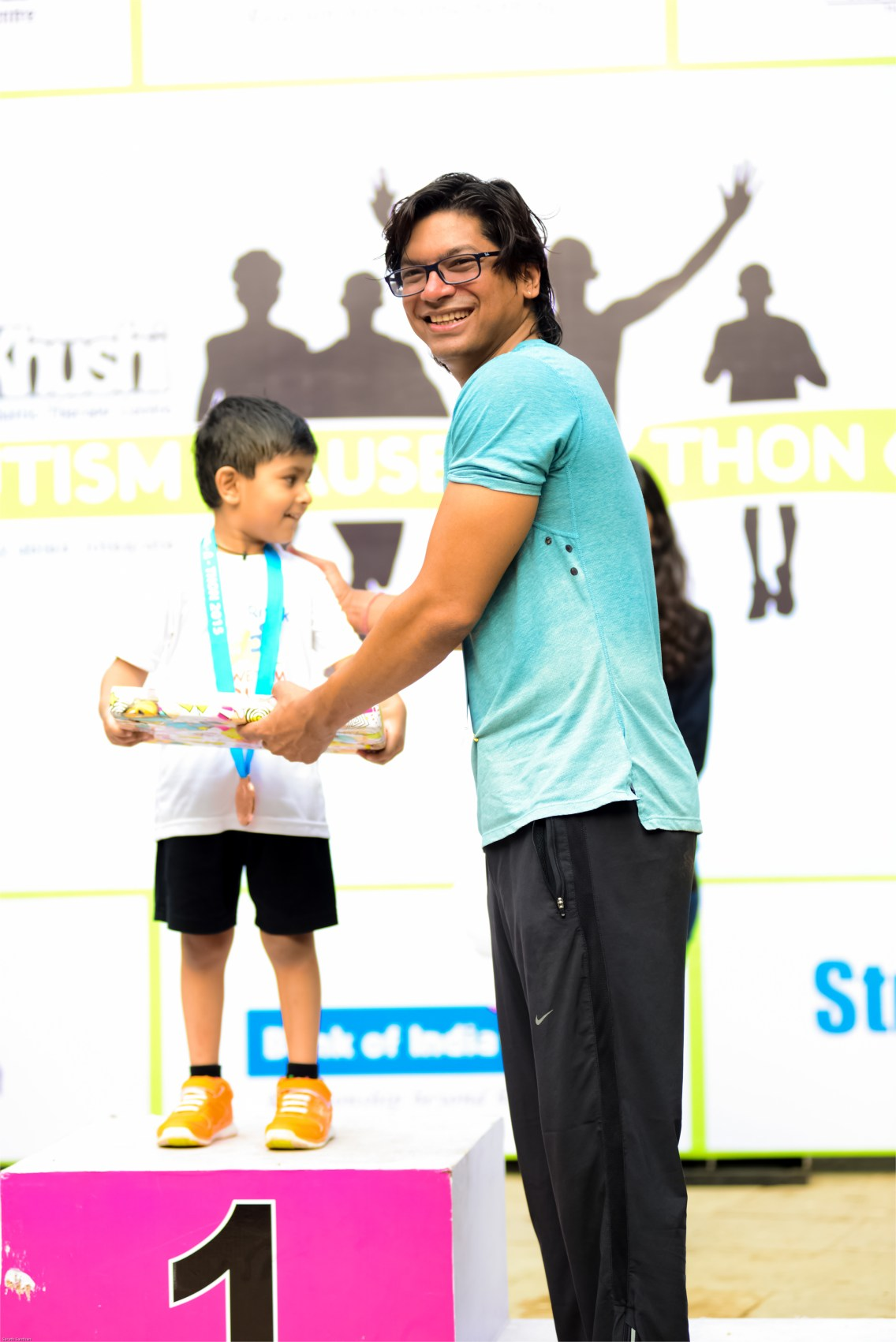 Shaan distributing the prizes