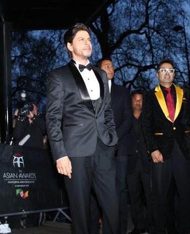 Shah Rukh Khan with Paul Sagoo, Founder Asian Awards at Red Carpet (2)