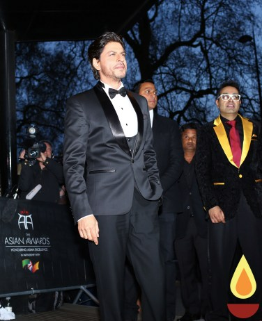 Shah Rukh Khan with Paul Sagoo, Founder Asian Awards at Red Carpet (2)_1