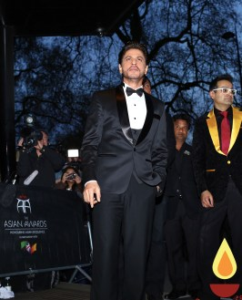 Shah Rukh Khan with Paul Sagoo, Founder Asian Awards at Red Carpet (3)_1