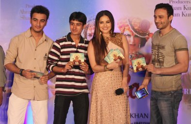 Sunny Leone interacting wiht her fans (1)