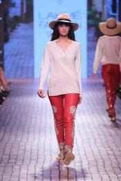 Monisha Jaising at LFW WF 2015 (8)
