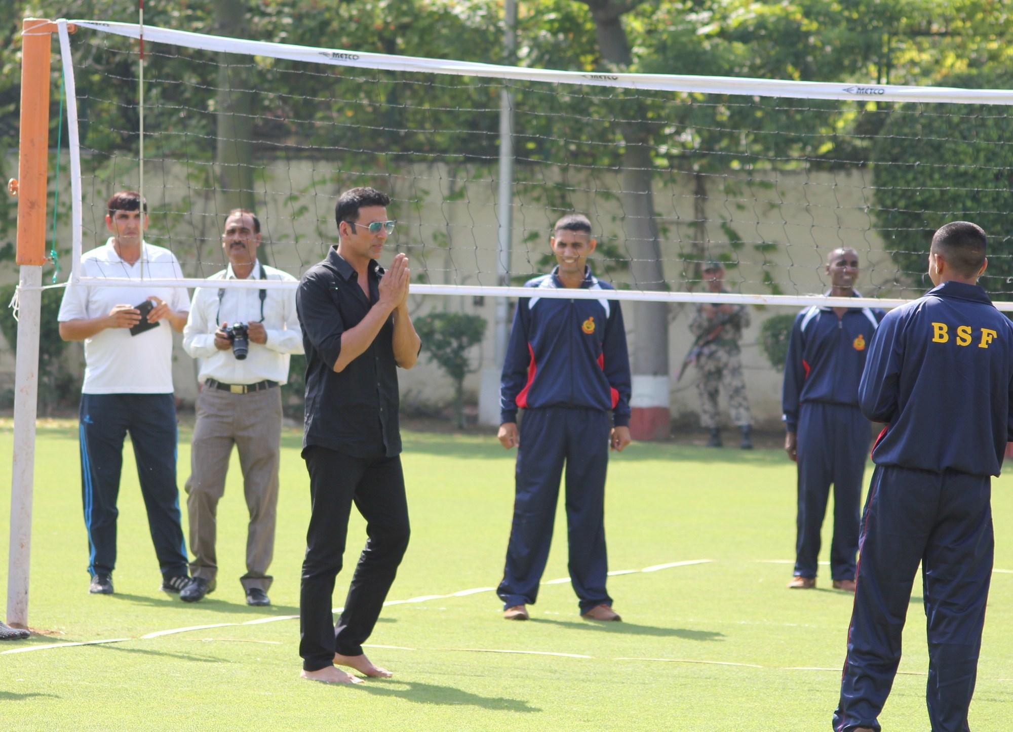 Akshay KUmar with BSF Jawans (1)